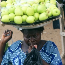 woman-market-apples-ghana-africa