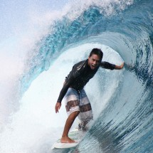 dennis-tihara-surfing-teahupoo-tahiti