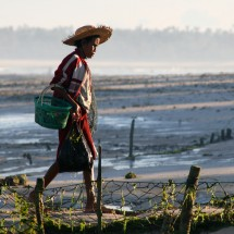 working-woman-agar-agar-field-indonesia
