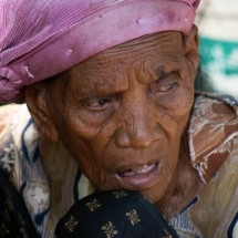 portrait-old-woman-market-indonesia