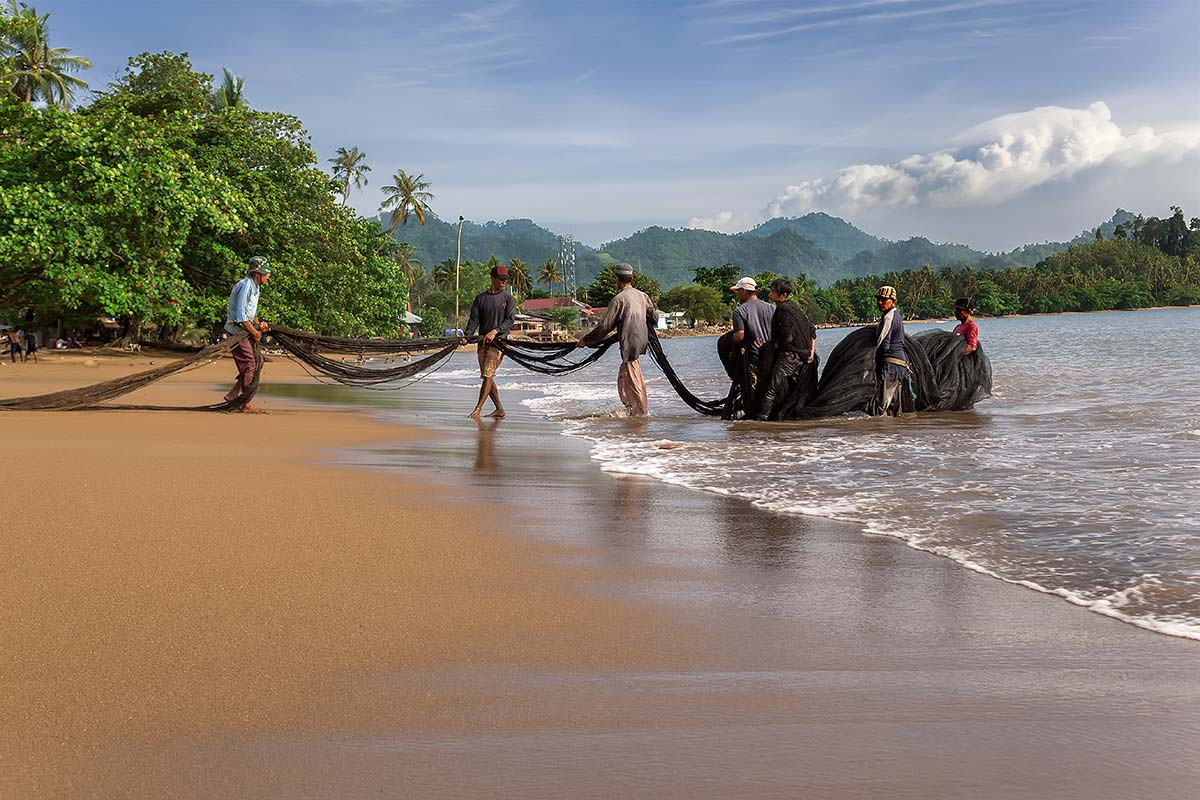 Also the beaches on the mainland of Sumatra are not to be underestimated. Here you can see fishermen pulling in the catch of the day at Bungus beach.