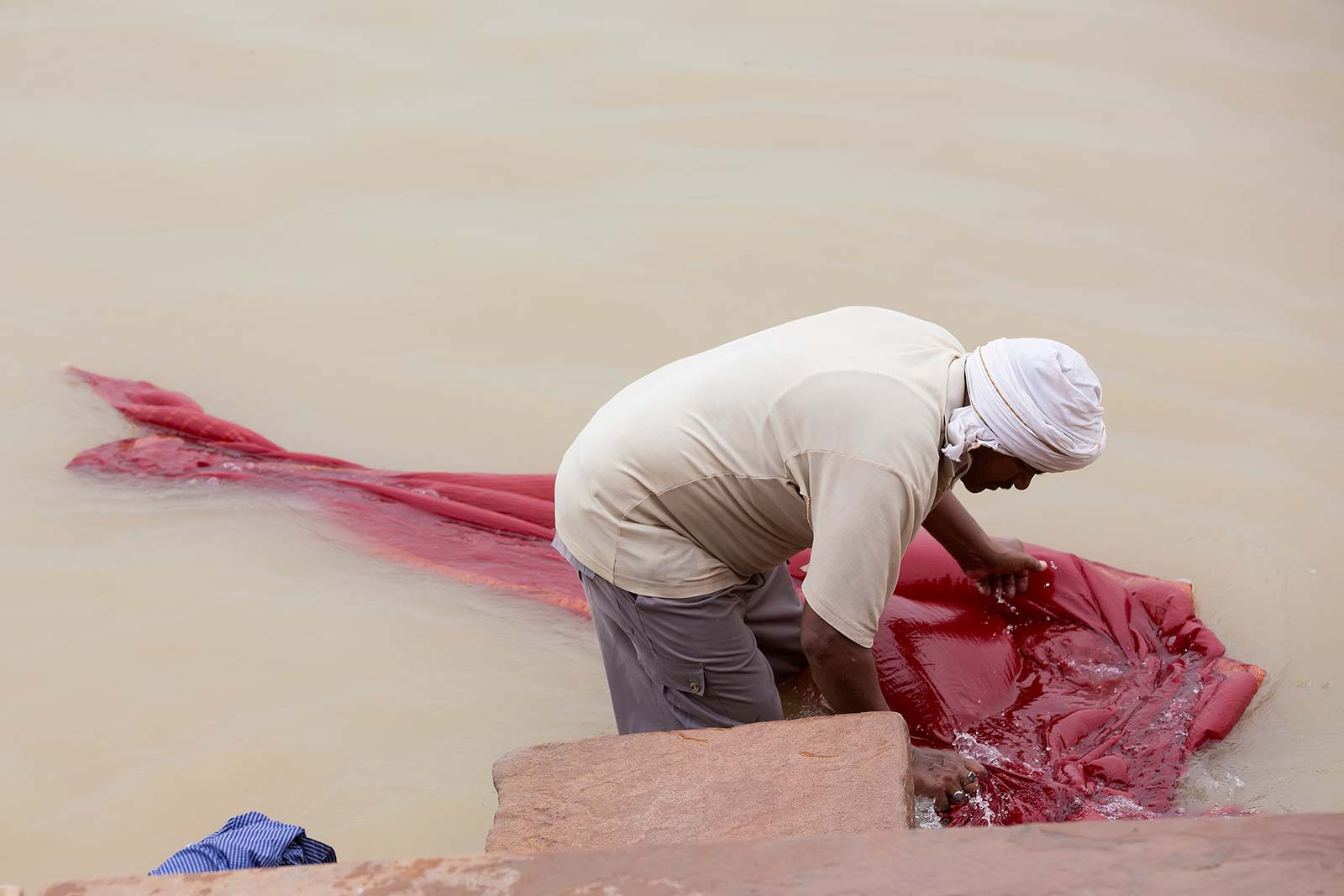 Not only body fluids make their way into the river, but also lots of chemicals from the daily washing routine in Varanasi. It's not for nothing that the Ganges is one of the most polluted rivers in the world.