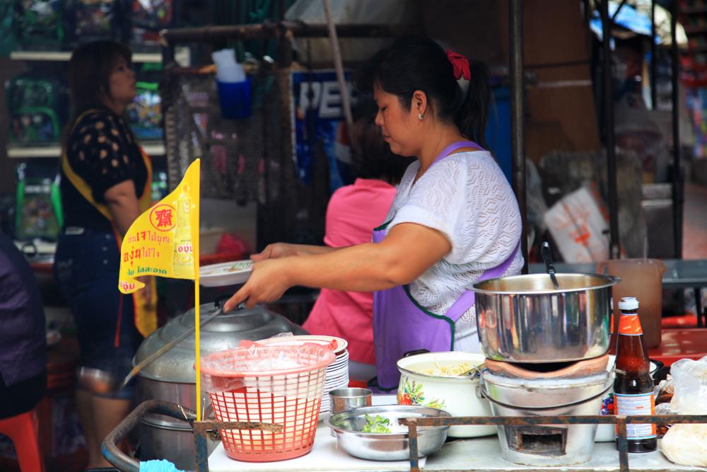 The yellow flag (usually) indicates a vegan food restuarant/vendor.