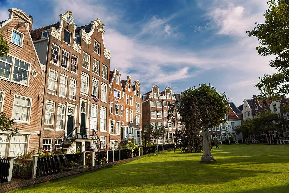 The Begijnhof is one of the oldest inner courts in the city of Amsterdam. A group of historic buildings, mostly private dwellings, centre on it.