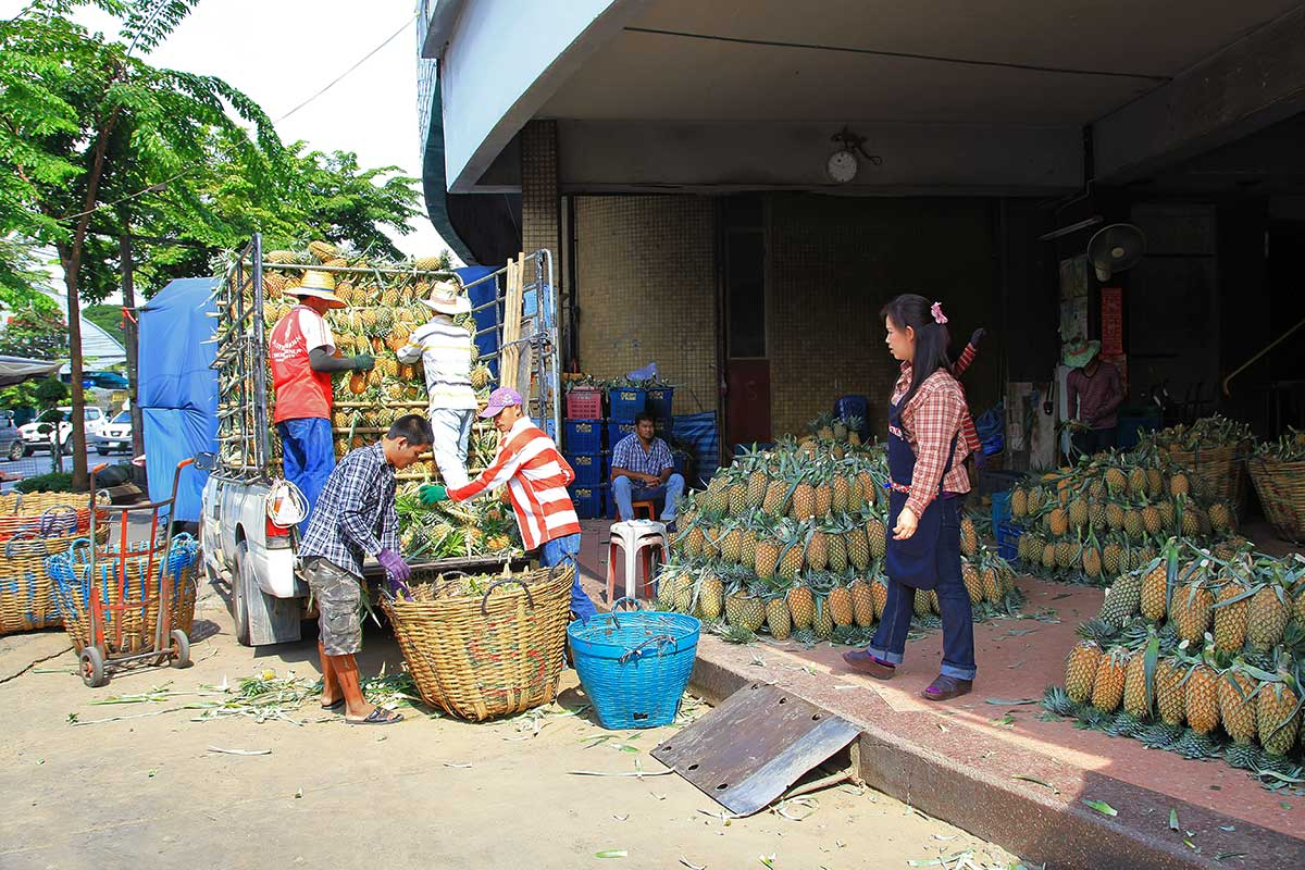 We've never seen so many pineapples on one single spot. The Saphan Khao fruit market is a real delight, also thanks to the lovely smell of fresh fruits.