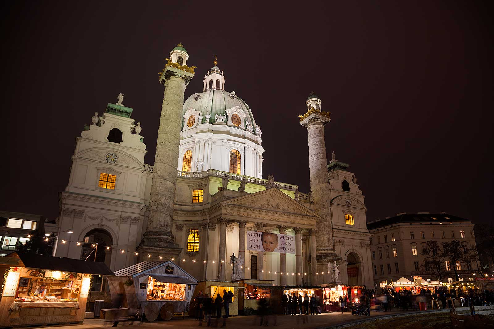 The Christmas market in front of the Karlskirche is a highlight for every visitor.