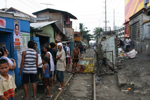 The train tracks go right through the slum area.