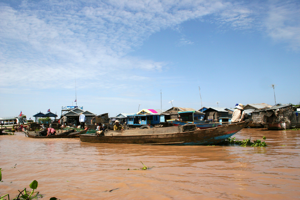 During rainy season from June to October, Tonle Sap Lake is filled by water flowing from the Mekong with 14 m in depth and expands the surface of 10.000 km2.