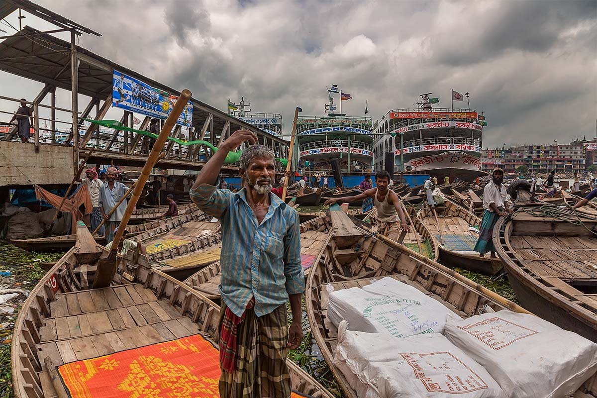 Traffic along the Buriganga river is most common and happening at almost any given hour of the day: big boats and small boats filled with all sorts of different goods make their way up or down the river stream, launches (this is what ferries are called in Bangladesh) come and go, cargo-ships that need a repair job are parked along the waterway…