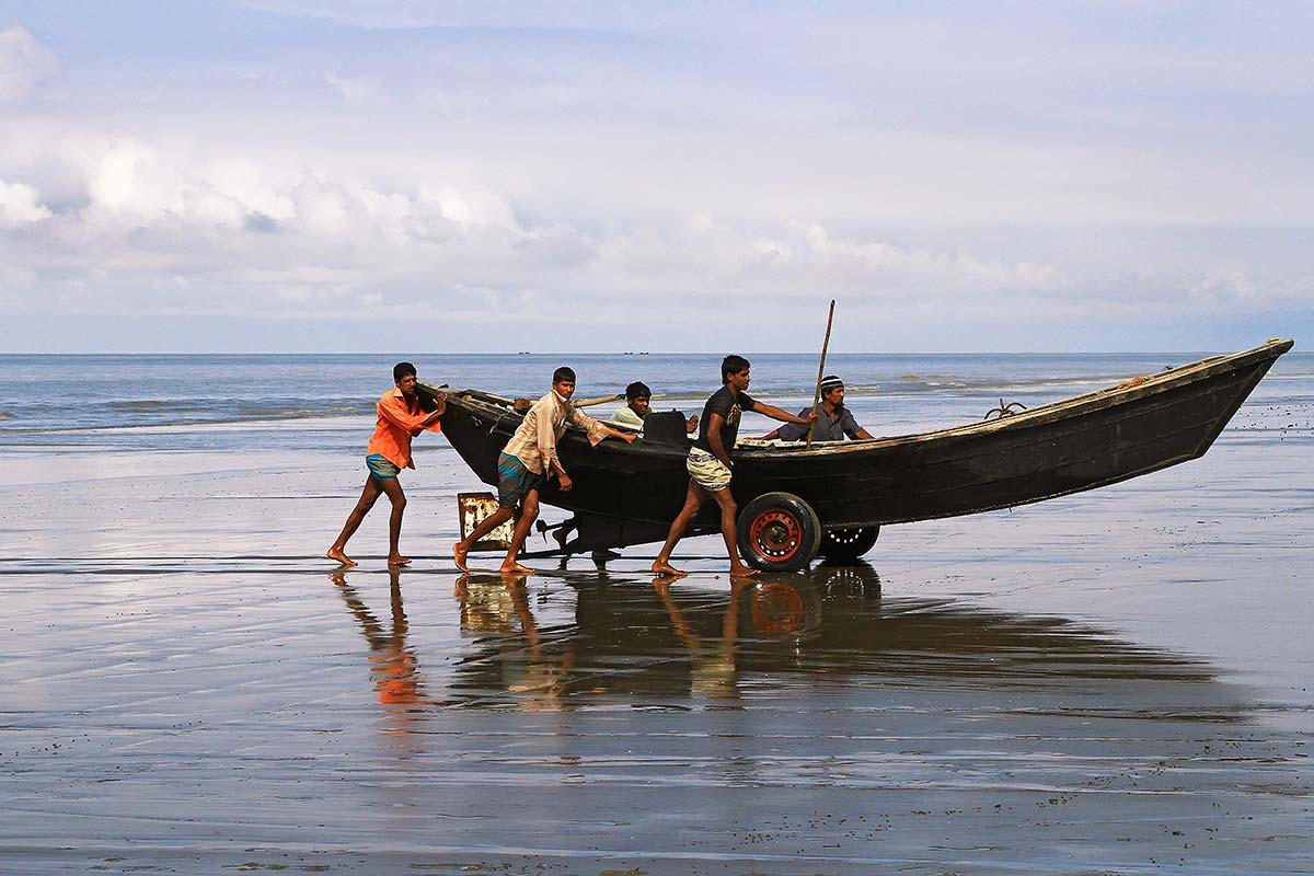 beach-kuakata-bangladesh-working-men-1