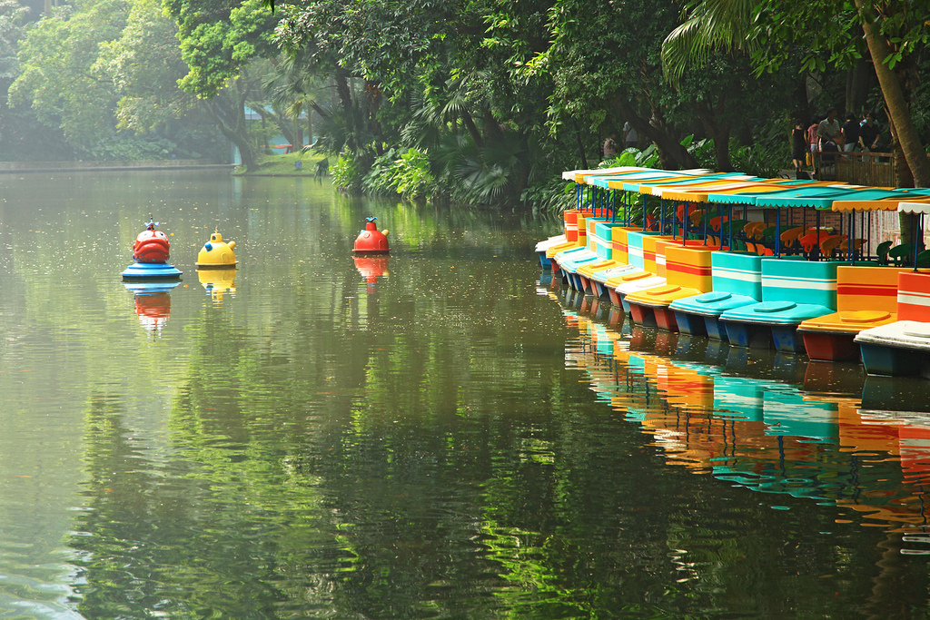 Yuexiu Park is the largest park in downtown Guangzhou. Covering an area of 860.000 m2, it's made up of three artificial lakes and seven hills of Yuexiu Mountain.