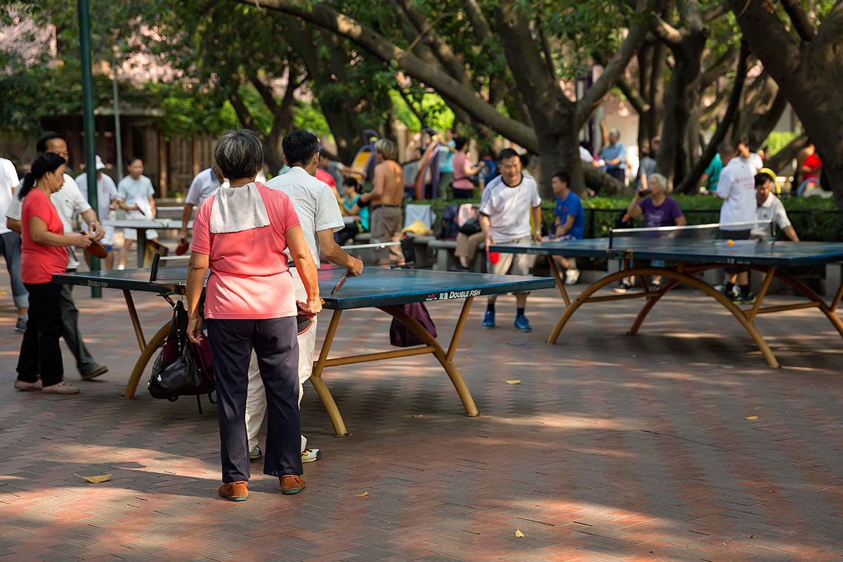 Especially the older generation is seen at Liuhuahu Park, who keep fit with table tennis, Tai Chi or Badminton.