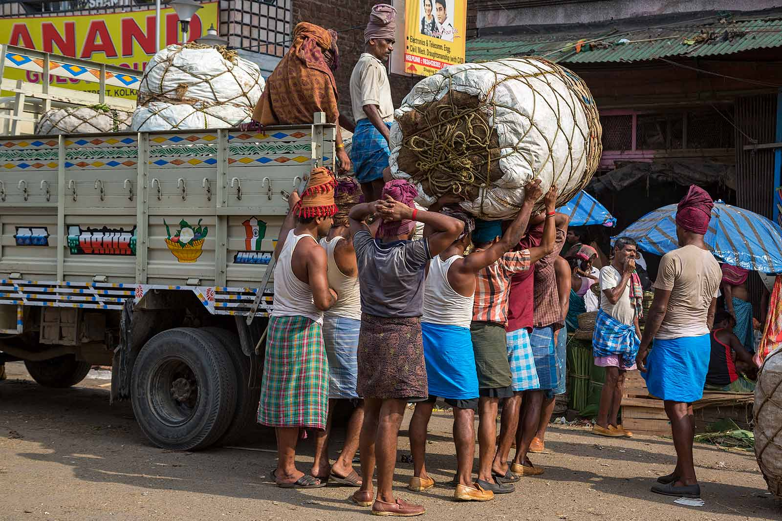pure-muscles-streets-market-kolkata-west-bengal-india