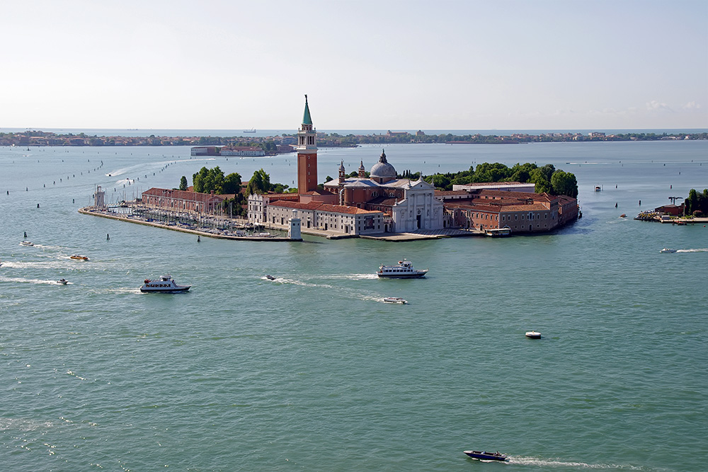 Today, San Giorgio Maggiore is the headquarters of the Cini Foundation arts centre, known for its library and is also home to the Teatro Verde open-air theatre.