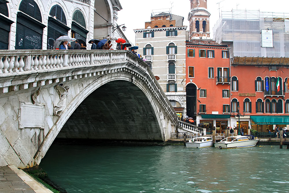 is the oldest bridge across the Grand Canal, and was the dividing line for the districts of San Marco and San Polo.