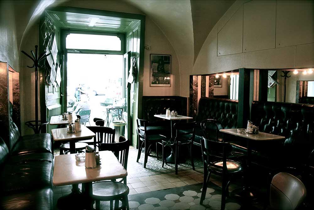 Kleines Café in Vienna.
