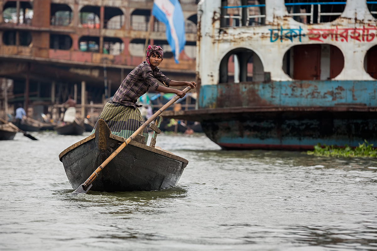 Over 25.000 people cross the Buriganga river in Dhaka every day...