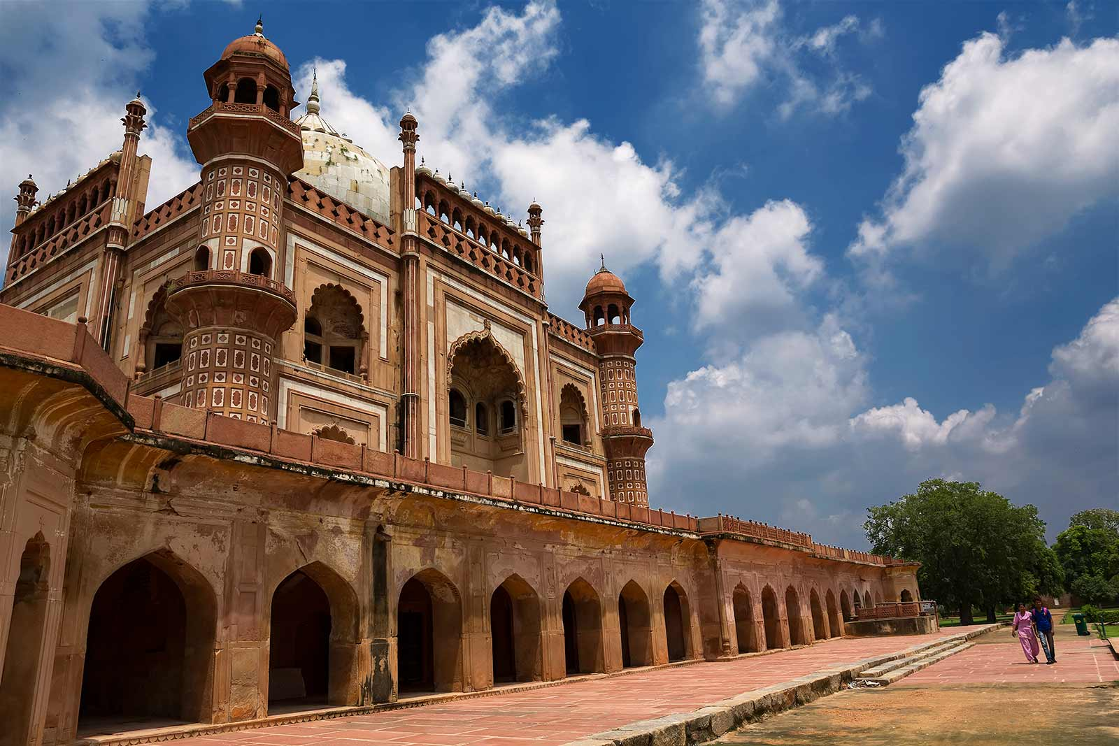 Safdarjung's Tomb has a central chamber surrounded by eight apartments around it.