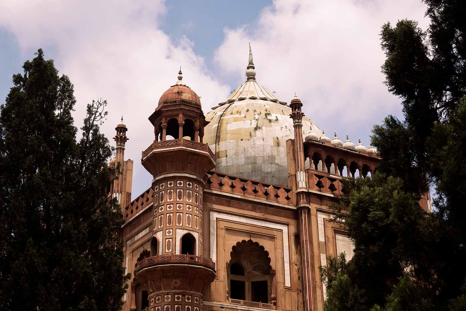 Apart from one or the other Indian couple, Safdarjung's Tomb is not a major tourist attraction, which makes it the perfect place to spend some time away from noisy and busy central Delhi.