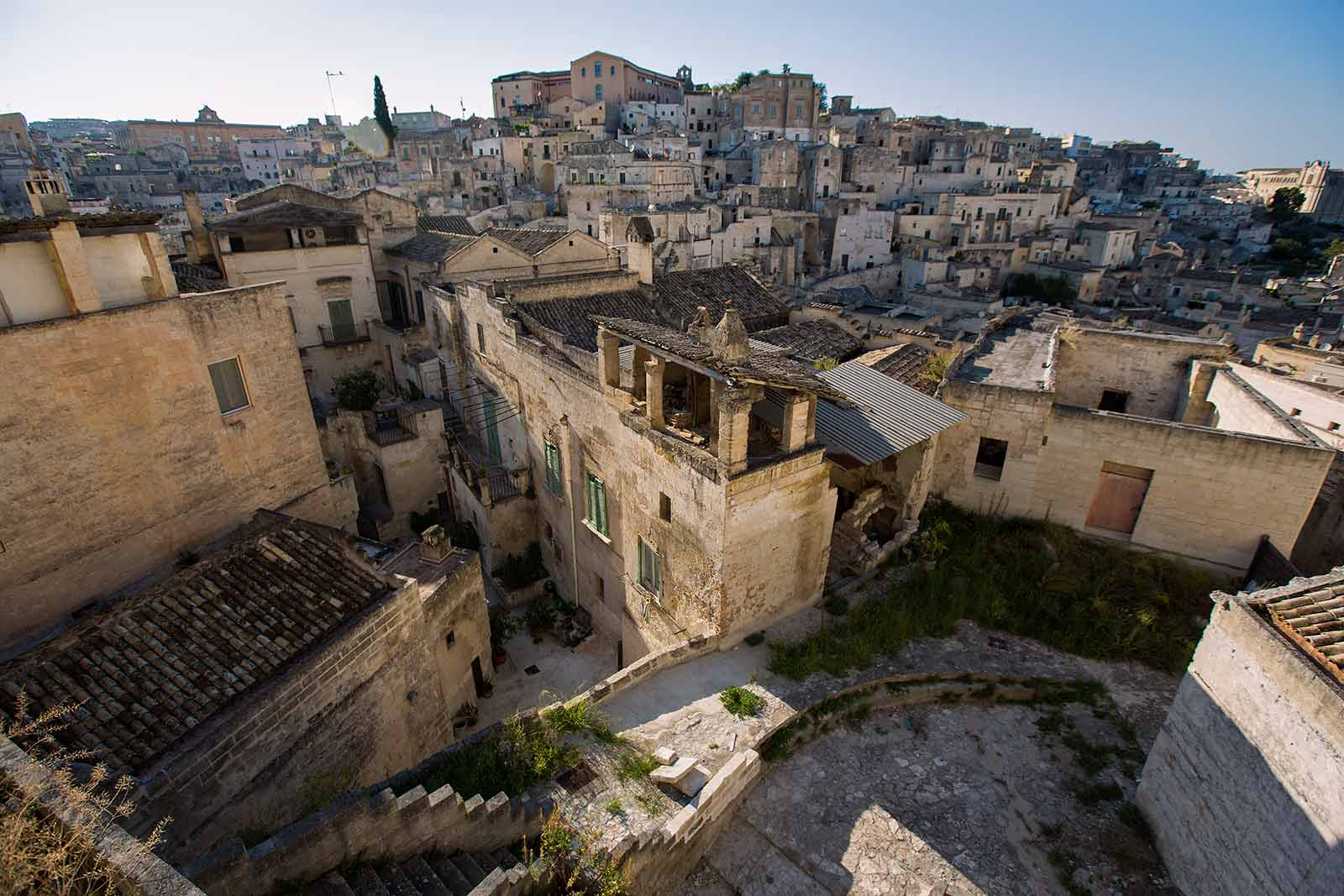 Today approximately 2.000 people live in Sassi di Matera. Most of the caves are either still abandoned or occupied by little chic restaurants and hotels.