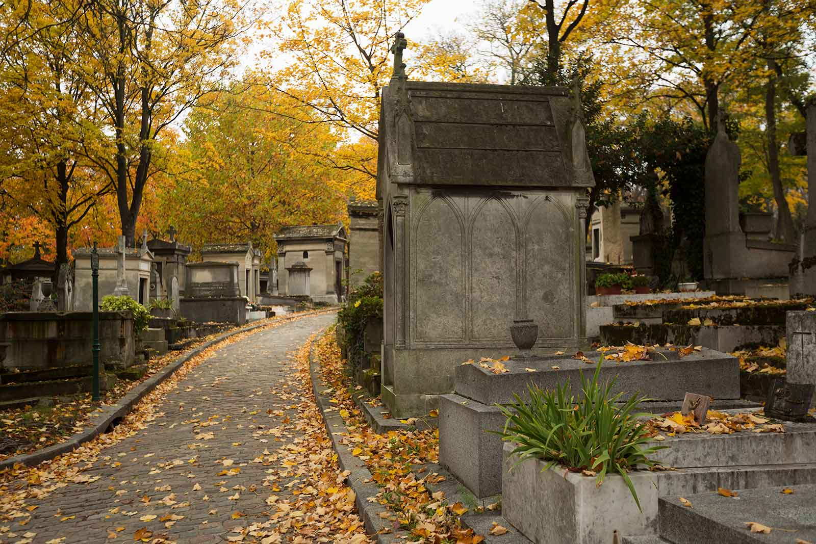 The number of bodies buried at Pere Lachaise cemetery vary widely. Anywhere from 300.000 to 1.000.000 souls are estimated.