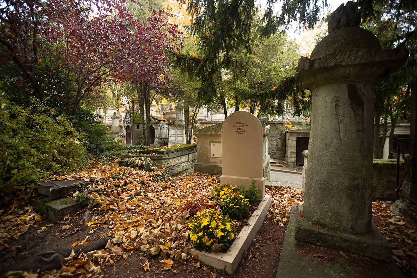 I imagine that Pere Lachaise cemetery is worth a visit anytime of the year, but during autumn this place seems even more mystical...