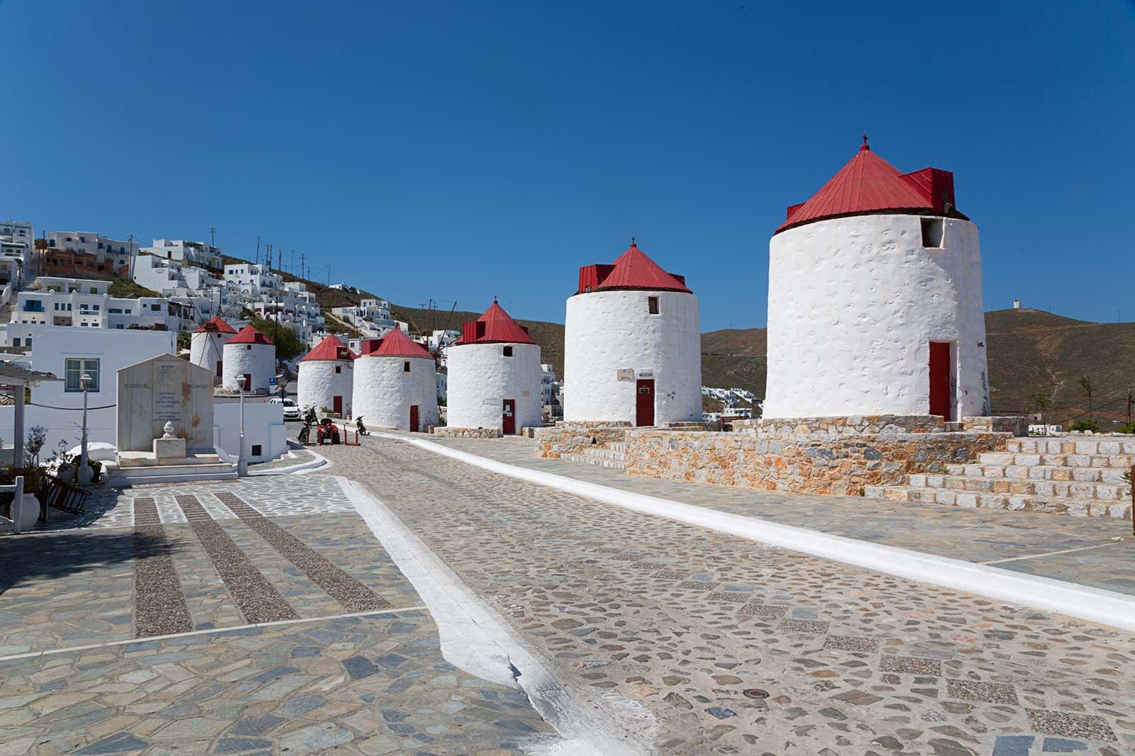 En la plaza principal de Chora, encontrará ocho molinos de viento pintorescos tradicionales.