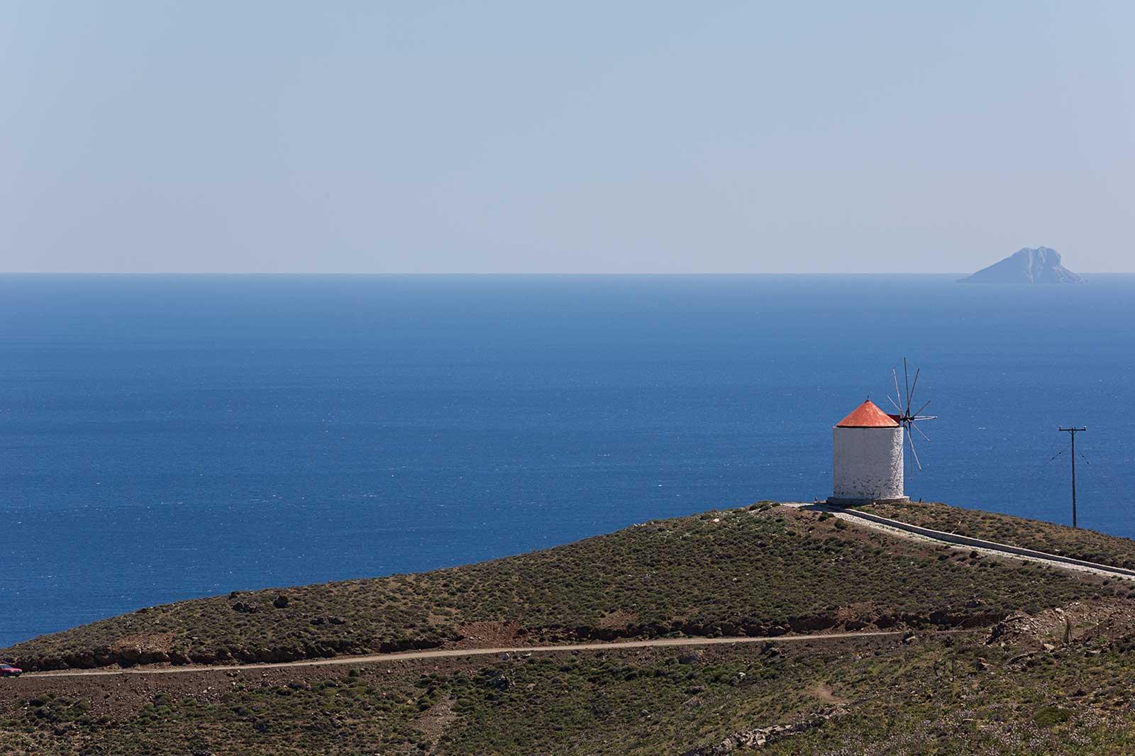 Astypalea cumple todos los sueños de las islas griegas: casas encaladas, puertas y ventanas pintadas de azul, tabernas con mariscos frescos, las personas más amigables, sin turismo de masas y todo junto a aguas cristalinas.